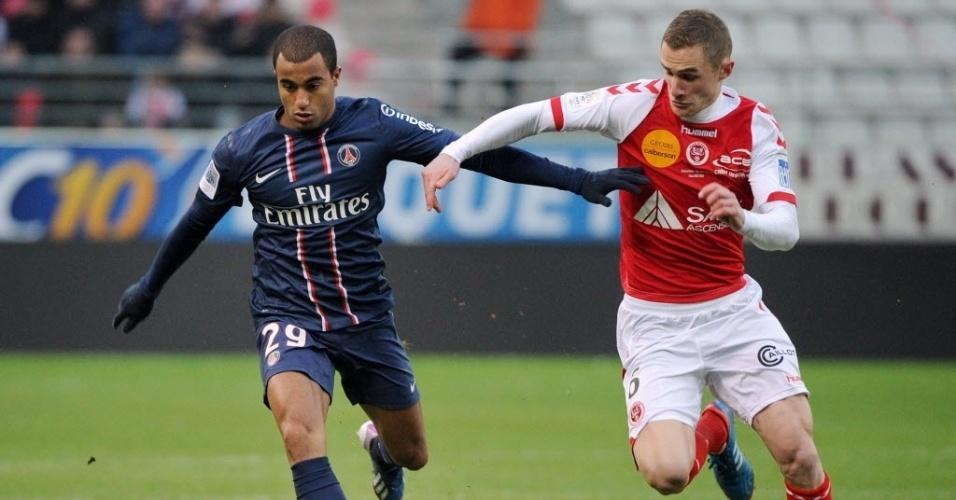 Meia brasileiro Lucas conduz a bola na partida entra PSG e Reims