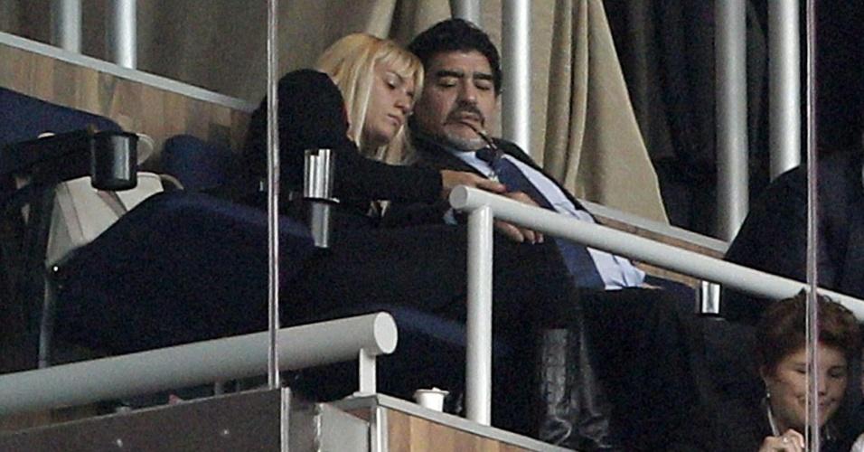 O argentino Diego Maradona e a namorada Rocío Oliva assistiram à vitória do Real Madrid sobre o Barcelona, por 2 a 1, no Santiago Bernabéu