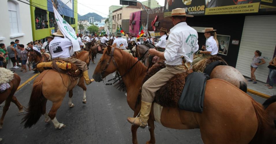 Participantes de cavalgada em homenagem às 240 vítimas do incêndio na boate Kiss, em Santa Maria (RS)