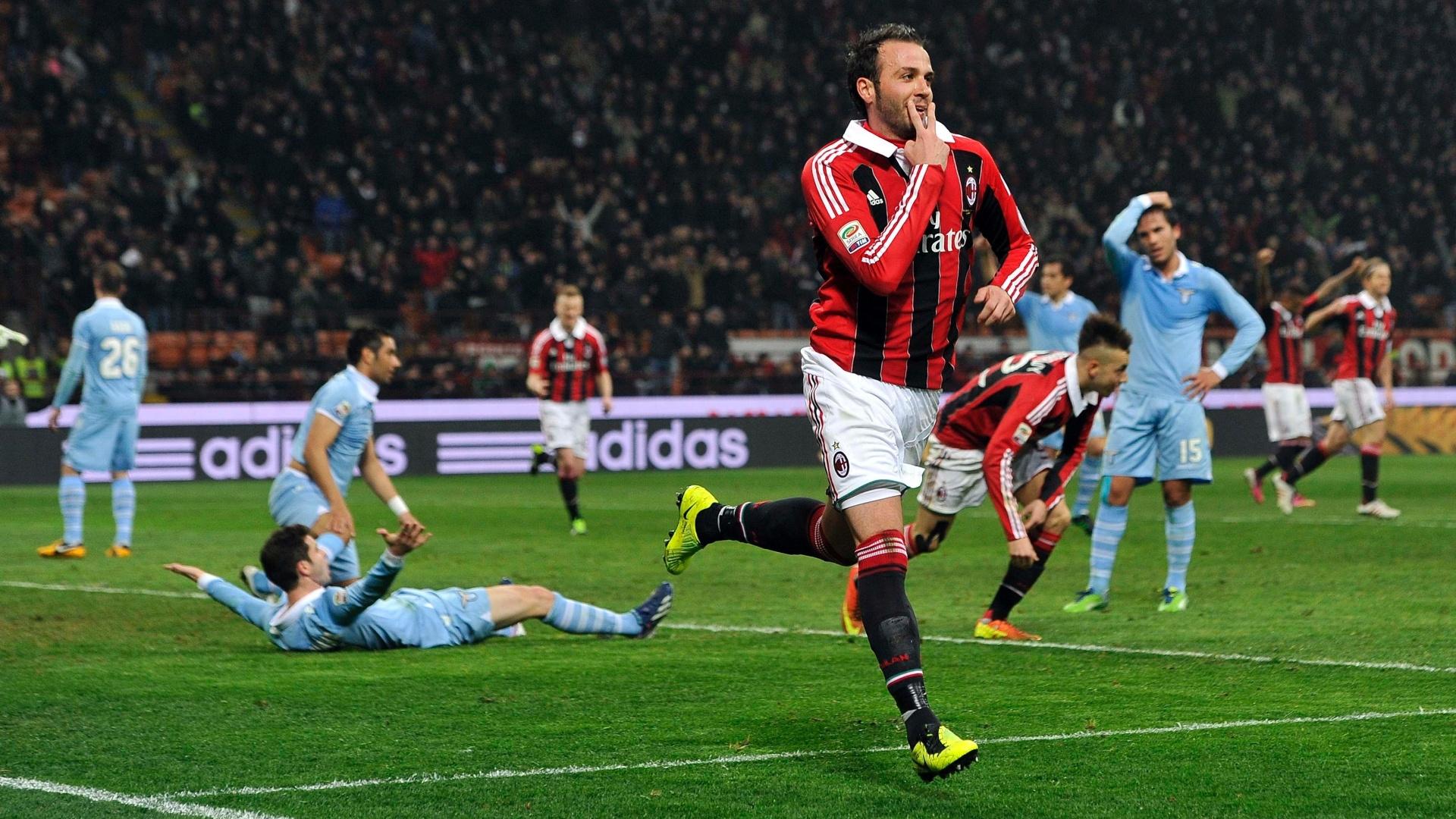 No clássico contra a Lazio, Pazzini marcou duas vezes para o Milan, que tenta diminuir a diferença para a líder Juventus no Italiano