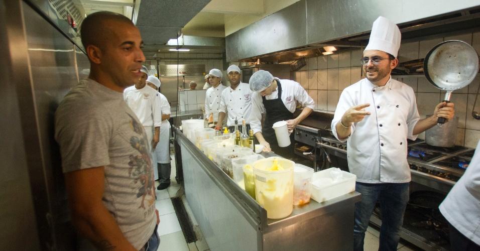 Sheik e Isaac na cozinha do Paris 6, antes de preparar o prato em sua homenagem