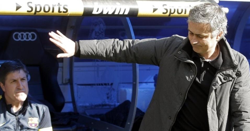 Técnico José Mourinho, do Real Madrid, acena para Jordi Roura, comandante do Barcelona