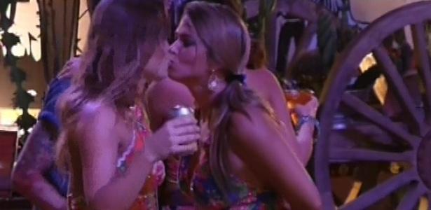 2.mar.2013 - Natália e Fani dão um selinho durante festa
