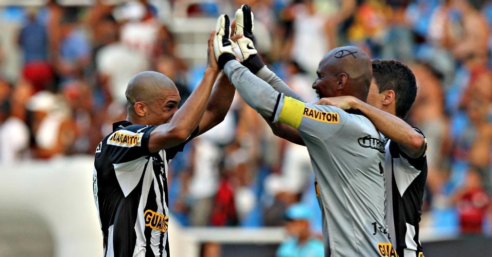 03.mar.2013 - Jogadores do Botafogo comemoram vitória sobre o Flamengo