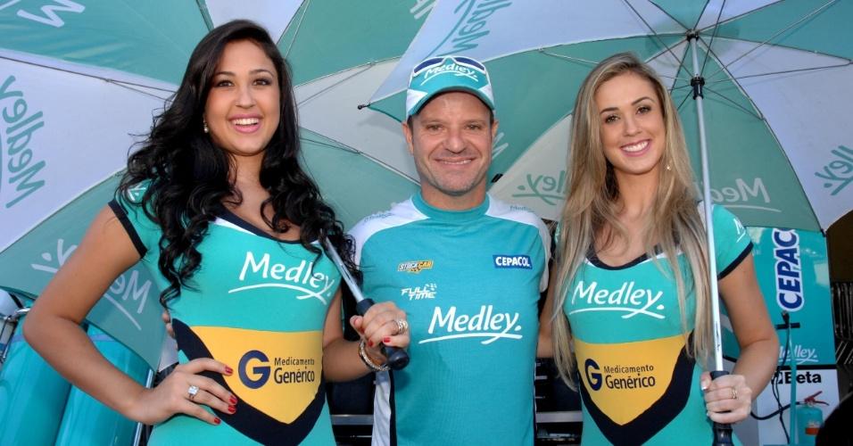 03.mar.2013 - Rubinho posa ao lado das 'grid girls' Larissa (esq.) e Thalita antes da corrida da Sotck Car, em Interlagos, neste domingo