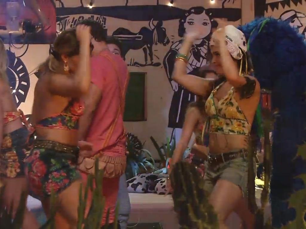 2.mar.2013 - Fani e Kamilla dançam funk juntas