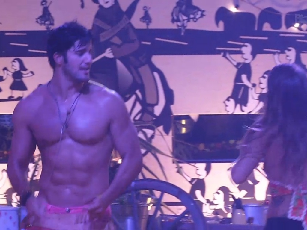 2.mar.2013 - Sem camisa, Marcello dança com Natália e exibe seu corpo sarado