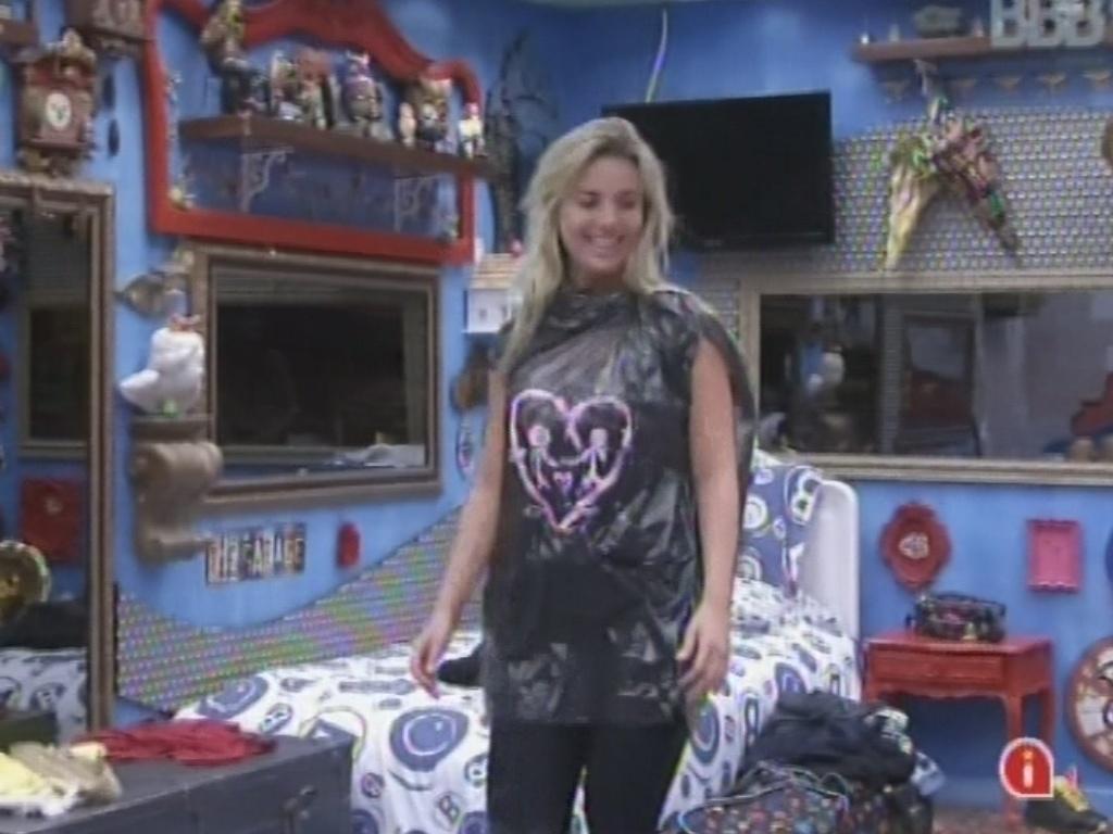 3.mar.2013 - Após Kamilla ficar irritada, Fernanda aparece no quarto usando um saco de lixo com um desenho de coração feito de pasta de dente para animar a sister