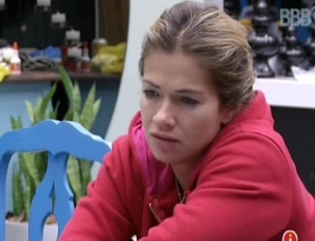 3.mar.2013 - Fani acorda e faz companhia a Kamilla na cozinha da casa grande