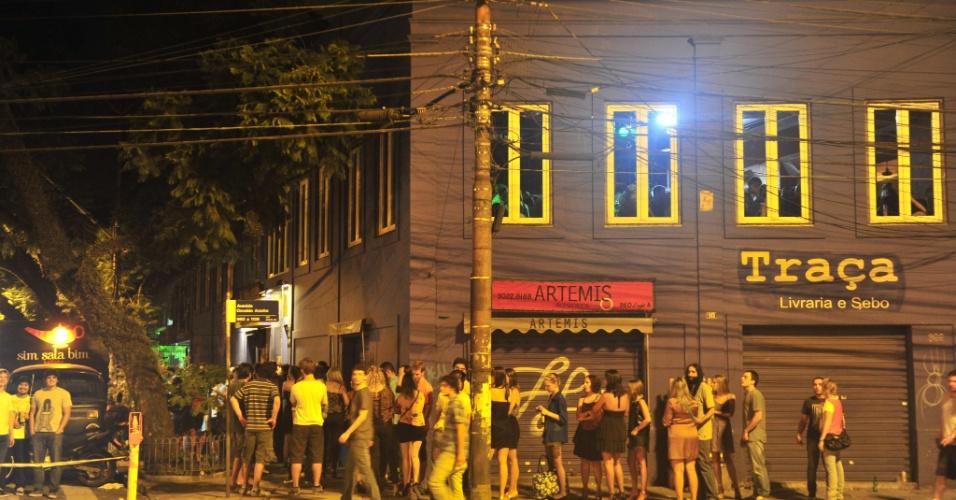 3.mar.2013 - Frequentadores do bar Ocidente, em Porto Alegre, tiveram de deixar o local após uma desocupação solicitada pelo Corpo de Bombeiros, por volta das 3h deste domingo (3). O motivo, conforme o chefe de equipe do 1º Comando Regional de Bombeiros, Jairo Silveira, foi a superlotação