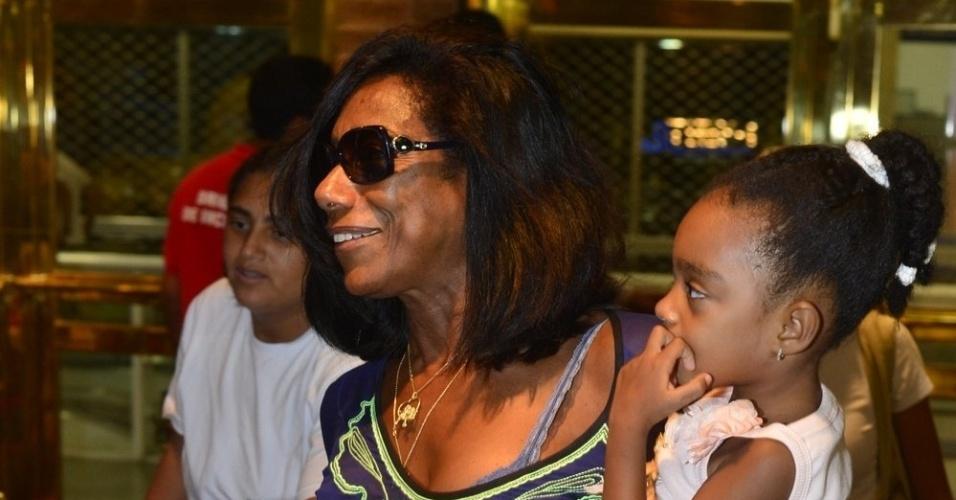 """3.mar.2013 - Glória Maria leva as filhas ao musical """"Mônica Mundi"""" no Theatro Net Rio, no Rio de Janeiro"""