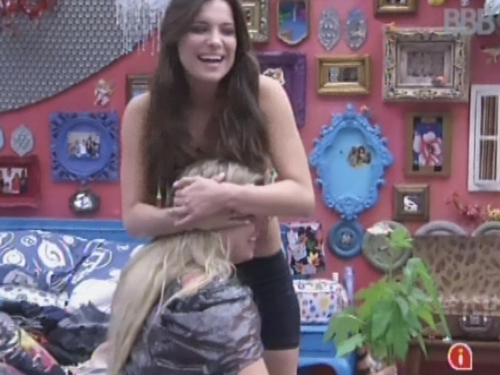 3.mar.2013 - Kamilla abraça Fernanda e faz as pazes com a sister após ter se irritado com a conversa dela com Marcello