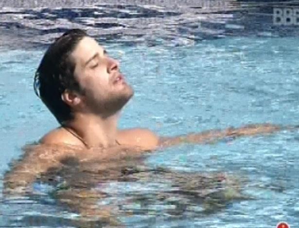 3.mar.2013 - Marcello entra na piscina sozinho e fica pensativo nesta tarde