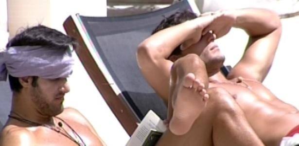 3.mar.2013 - Marcello lê e André pega sol na beira da piscina, enquanto sisters fazem almoço