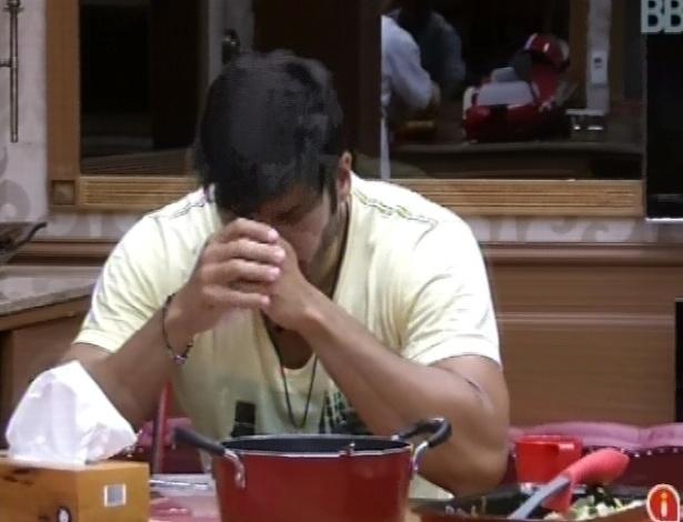 3.mar.2013 - Marcello reza antes do almoço na xepa