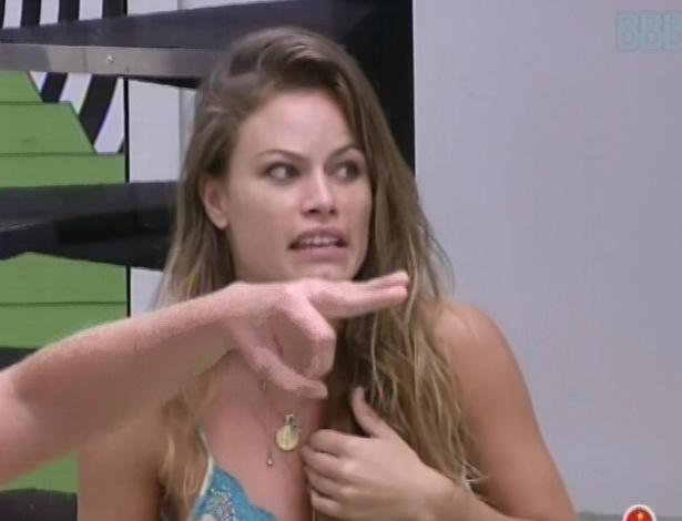 3.mar.2013 - Natália entra na briga e diz que Fani é verdadeira, depois de ironia de Marcello