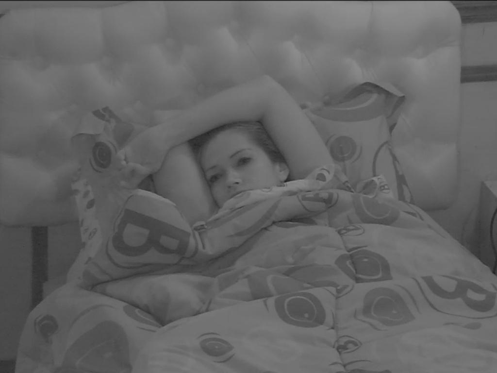 3.mar.2013 - Última a ir deitar depois da festa Cangaço, Fani tem dificuldades para dormir