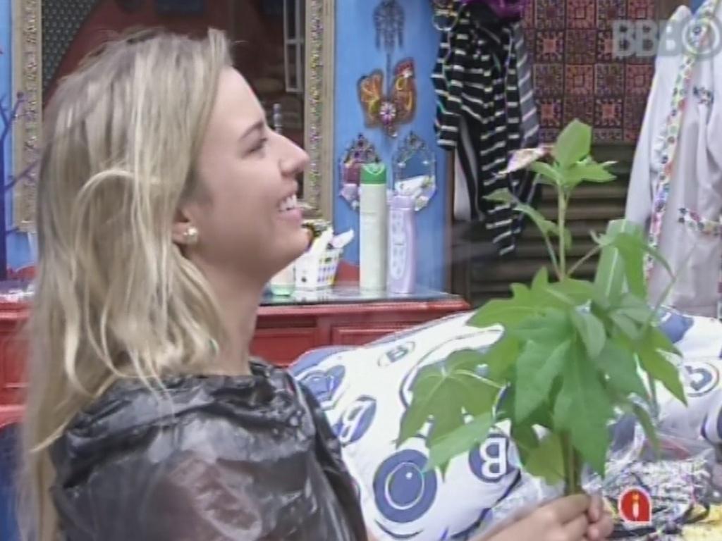3.mar.2013 - Usando um saco de lixo com um desenho de coração, Fernanda tenta animar Kamilla com uma planta e uma borboleta