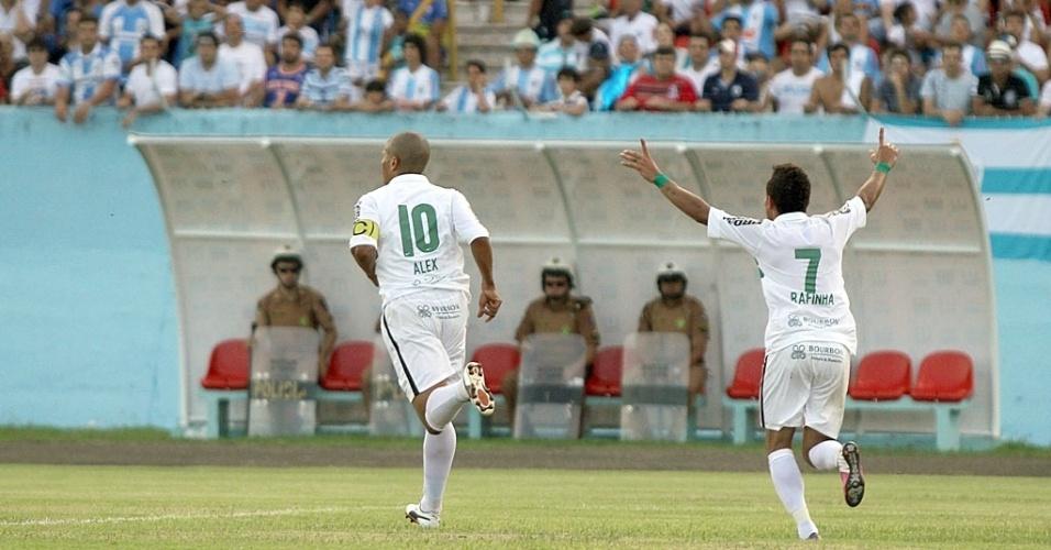Alex e Rafinha comemoram gol do Coritiba