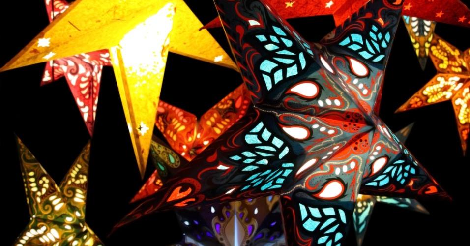Lanternas de papel em formato de estrelas são descoladas e opção simples para a decoração