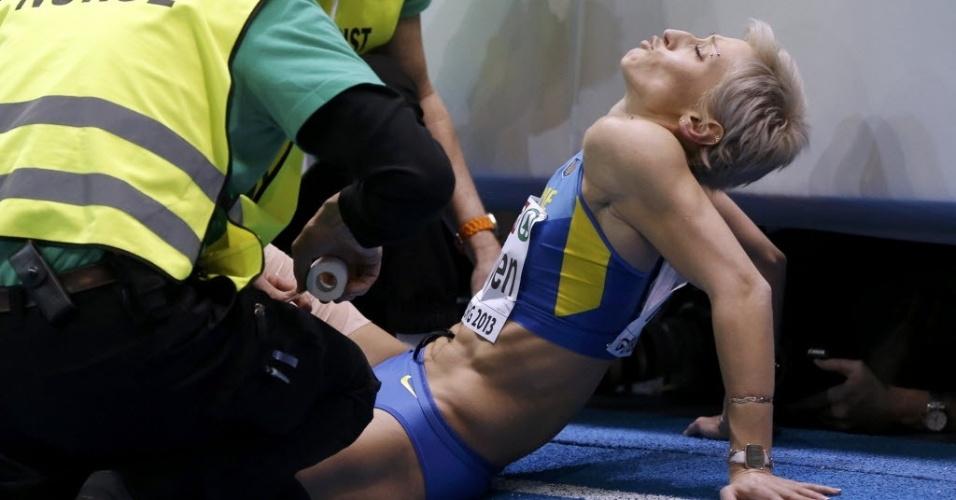 Mariya Ryemyen, atleta da Ucrânia, é atendida pelos médicas depois de participar do Campeonato Europeu de Atletismo Indoor, em Gotemburgo, na Suécia