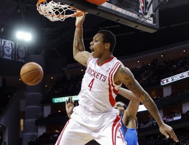 03.mar.2013 - Greg Smith dá cravada na vitória impressionante dos Rockets sobre os Mavericks, por 136 a 103