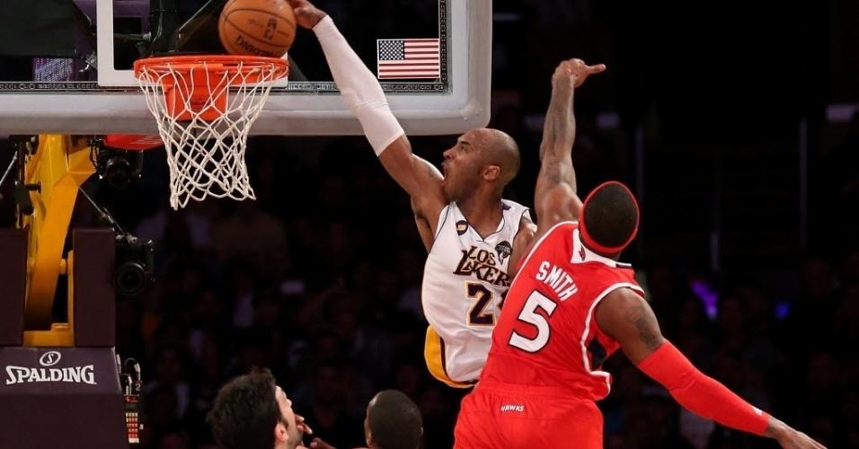 03.mar.2013 - Lembrando seus tempos de garoto voador, Kobe Bryant passa por cima de Josh Smith e dá linda enterrada na vitória dos Lakers sobre os Hawks