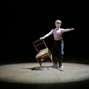 Ator britânico Liam Mower dança no musical apresentado no Victoria Palace Theatre em Londres - Toby Melville/Reuters