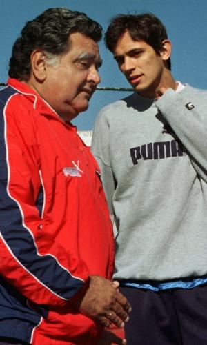 Técnico Luis Cubilla conversa com o atacante Roque Santa Cruz; ex-jogador da seleção uruguaia morreu aos 72 anos vítima de câncer