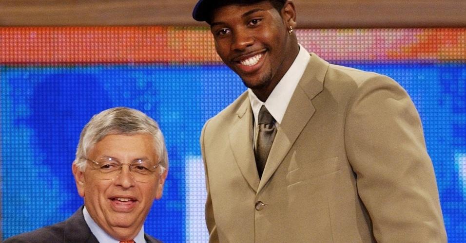 26.jun.2002 - Brasileiro Nenê Hilário é cumprimentado por David Stern, comissário geral da NBA, ao ser escolhido no Draft de 2002