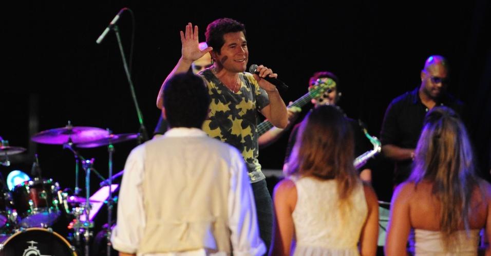 """27.fev.2013 - Daniel faz show na festa Flores. Ele tocou sucessos como """"Eu Me Amarrei"""", """"Adoro Amar Você"""" e """"Evidências"""""""