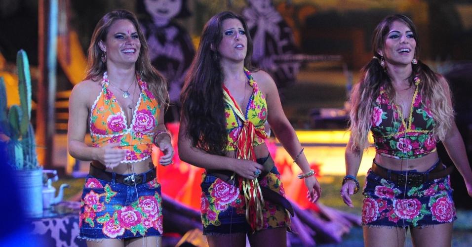 2.mar.2013 - Natália, Andressa e Anamara dançam durante show de sertanejos