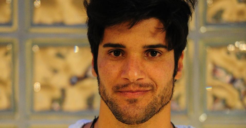 3.mar.2013 - Marcello posa para jornalistas ao ser eliminado do