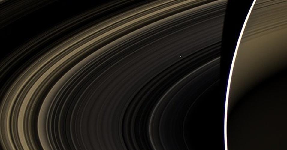 4.mar.2013 - A Nasa (Agência Espacial Norte-Americana) obteve uma imagem única de Vênus ao fotografá-lo como um ponto que brilha entre os anéis de Saturno. O registro foi feito em novembro de 2012 quando a sonda Cassini se escondeu na sombra do planeta gigante, a 800 mil quilômetros de distância