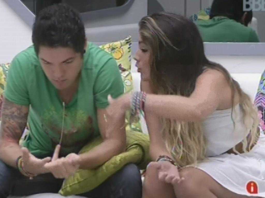 4.mar.2013 - Anamara explica a Nasser sorbe briga com Fernanda e Kamilla