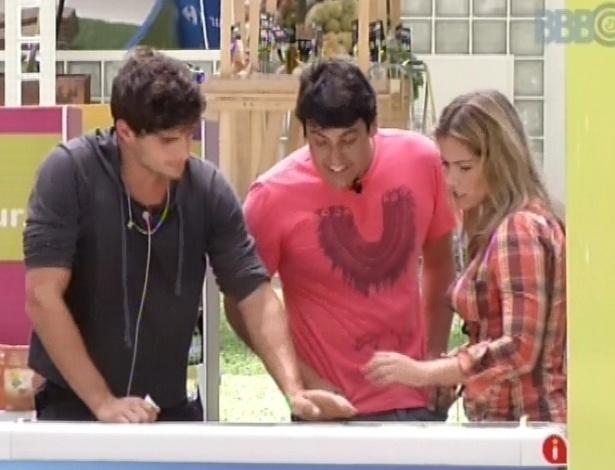 4.mar.2013 - André e Fani fazem compras e recebem dicas de Bruno de Luca, que surpreendeu os brothers nessa manhã