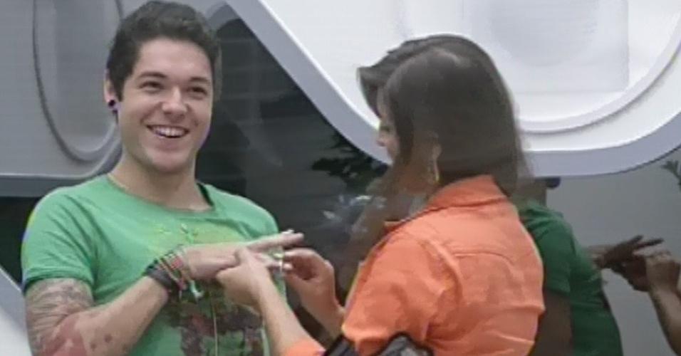 4.mar.2013 - Andressa dá ao namorado Nasser uma aliança no jogo da discórdia