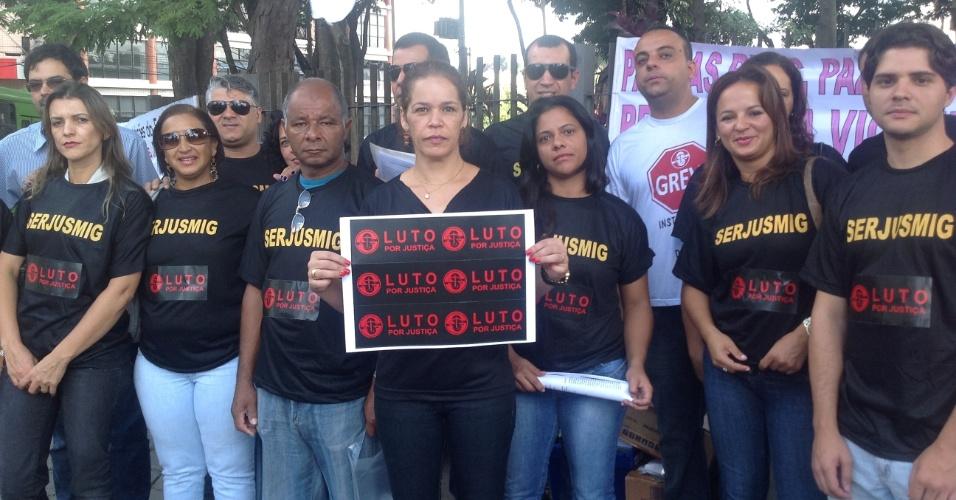 4.mar.2013 - Cerca de 30 funcionários da Justiça de Minas Gerais protestam por reajuste salarial, em frente ao fórum de Contagem, no 1º dia de julgamento do goleiro Bruno Fernandes