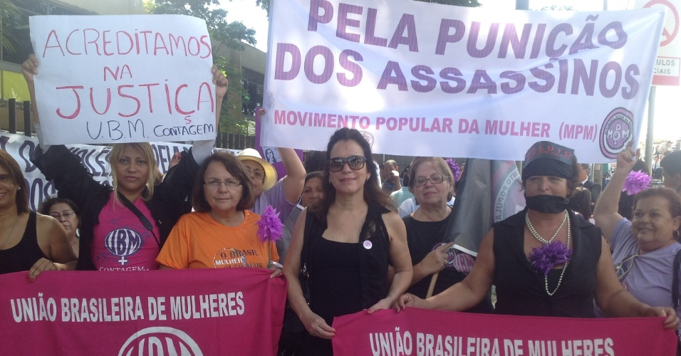 4.mar.2013 - Cerca de 30 mulheres, ligadas à União Brasileira da Mulher, protestam em frente ao fórum de Contagem (MG), no 1º dia de julgamento do goleiro Bruno