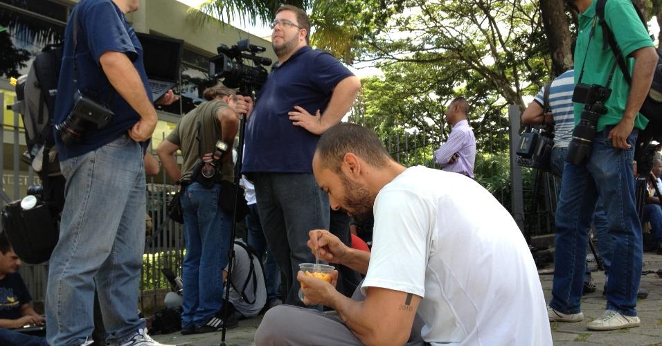 4.mar.2013 - Cinegrafistas e fotógrafos aguardam em frente ao fórum de Contagem (MG). Em grupos, profissionais de imagem de veículos de imprensa são autorizados e entrar no Salão do Júri para registrar o início das atividades