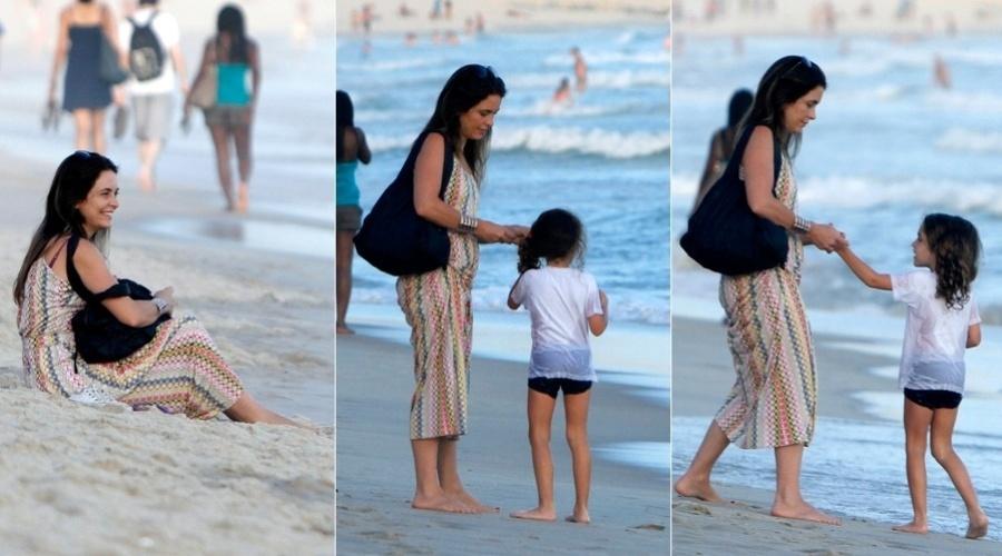 4.mar.2013 - Claudia Abreu curtiu praia no Leblon, zona sul do Rio, acompanhada da filha, Felipa. Claudia é mãe ainda de Maria, José Joaquim e Pedro Henrique