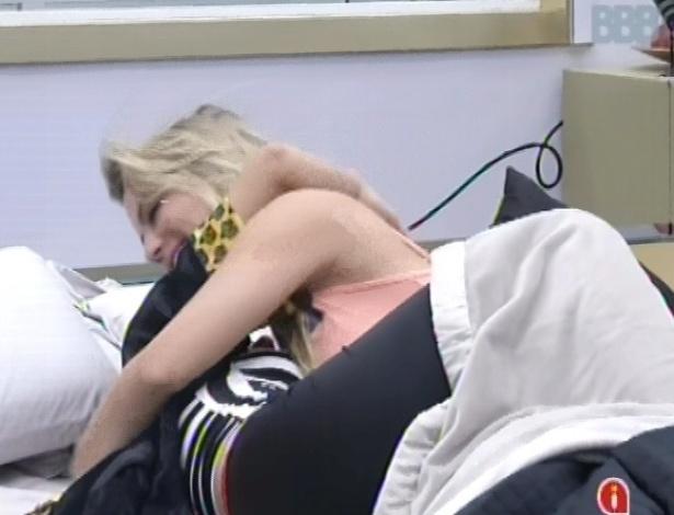 4.mar.2013 - Fernanda e Kamilla se abraçam ao acordar após toque de despertar