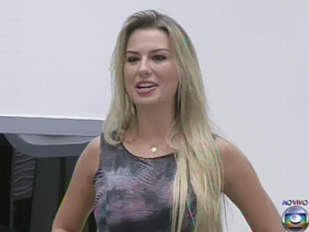 4.mar.2013 - Fernanda entrega alinaça a André no jogo da discórdia e brincou que uma princesa deveria ter sue príncipe na final