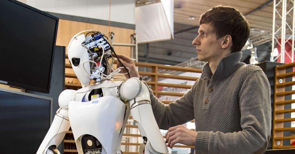 4.mar.2013 - Homem prepara robô que será exibido no estande do projeto SemProm (Semantic Product Memory), na feira de tecnologia Cebit, realizada na Alemanha de 5 a 9 de março. O SemProm é um consórcio que trabalha para viabilizar a ''internet das coisas'', em que diversos objetos ganham conexão com a web