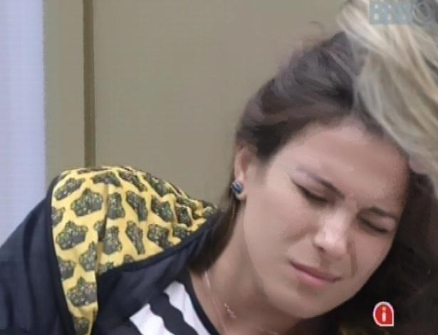 4.mar.2013 - Kamilla acorda com toque de despertar, e faz cara de sofrimento ao levantar