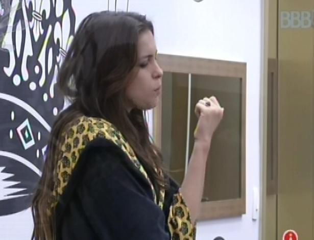 4.mar.2013 - Kamilla come uma trufa ao acordar no quarto do líder