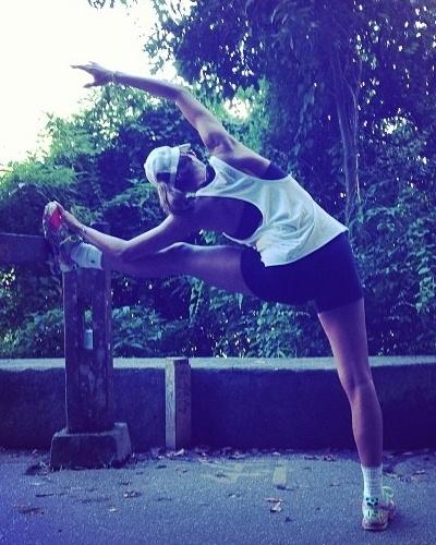 4.mar.2013 - Mesmo grávida, Flávia Sampaio, a namorada de Eike Batista, não deixa de praticar exercícios físicos. A empresária e advogada gosta de correr e não deixa de alongar para evitar lesões