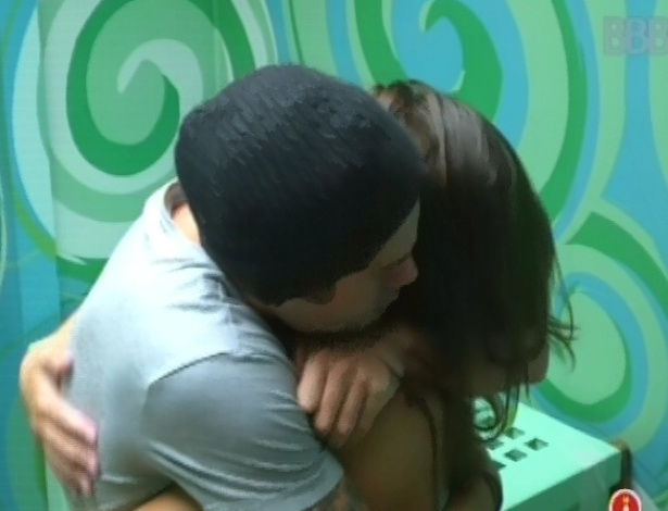 4.mar.2013 - Nasser vai com Andressa para a despensa e os dois se abraçam, enquanto ela chora