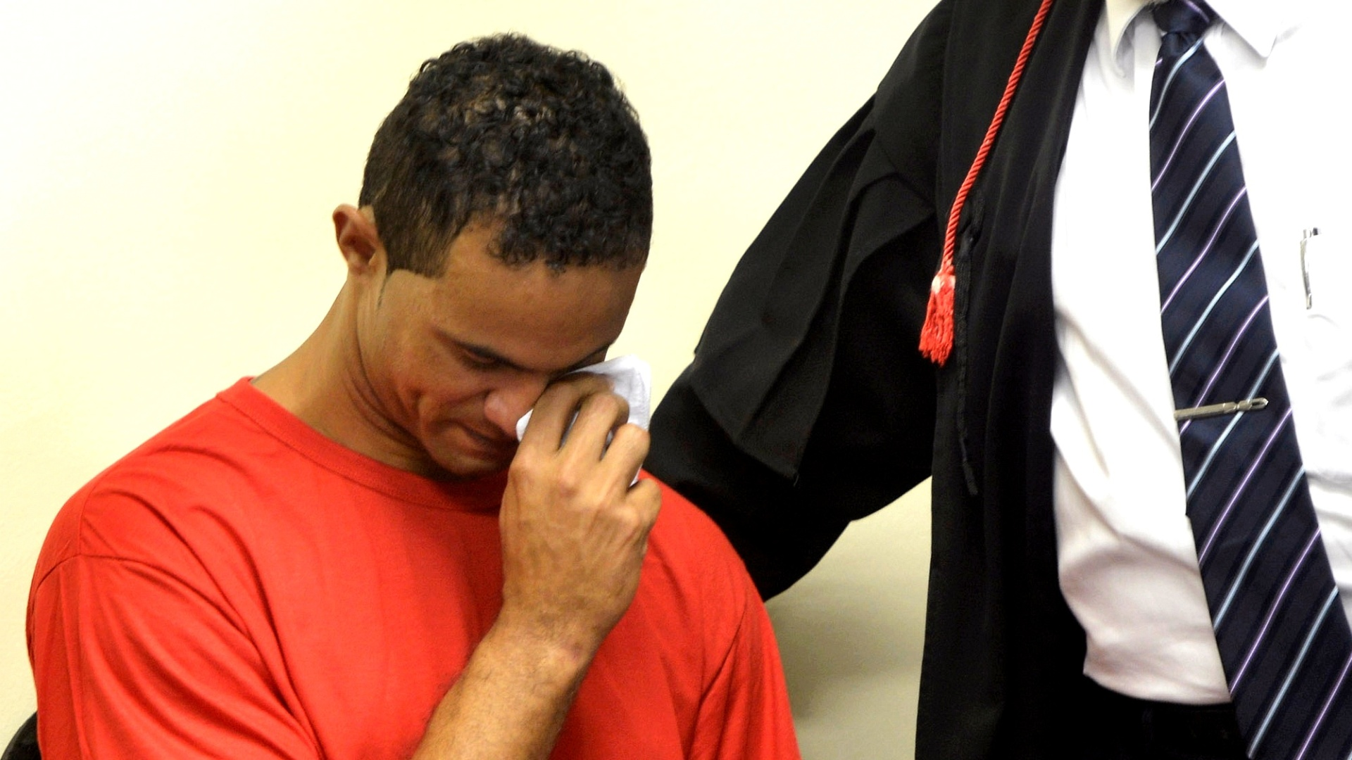 4.mar.2013 - O goleiro Bruno Fernandes chora após folhear um exemplar da
