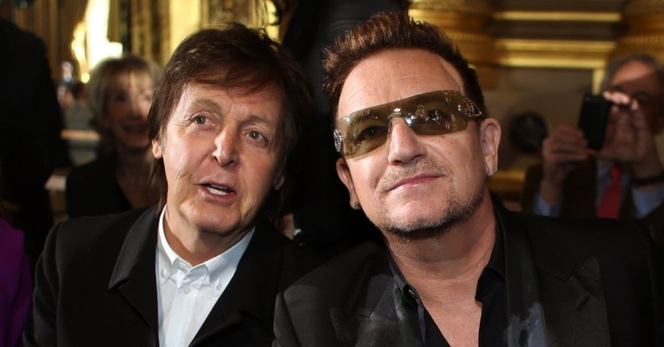 4.mar.2013 - Os músicos Bono Vox e Paul McCartney se encontraram em Paris, em desfile da filha de Paul, Stella McCartney durante a semana de moda francesa. No final do desfile, Paul aplaudiu a filha de pé